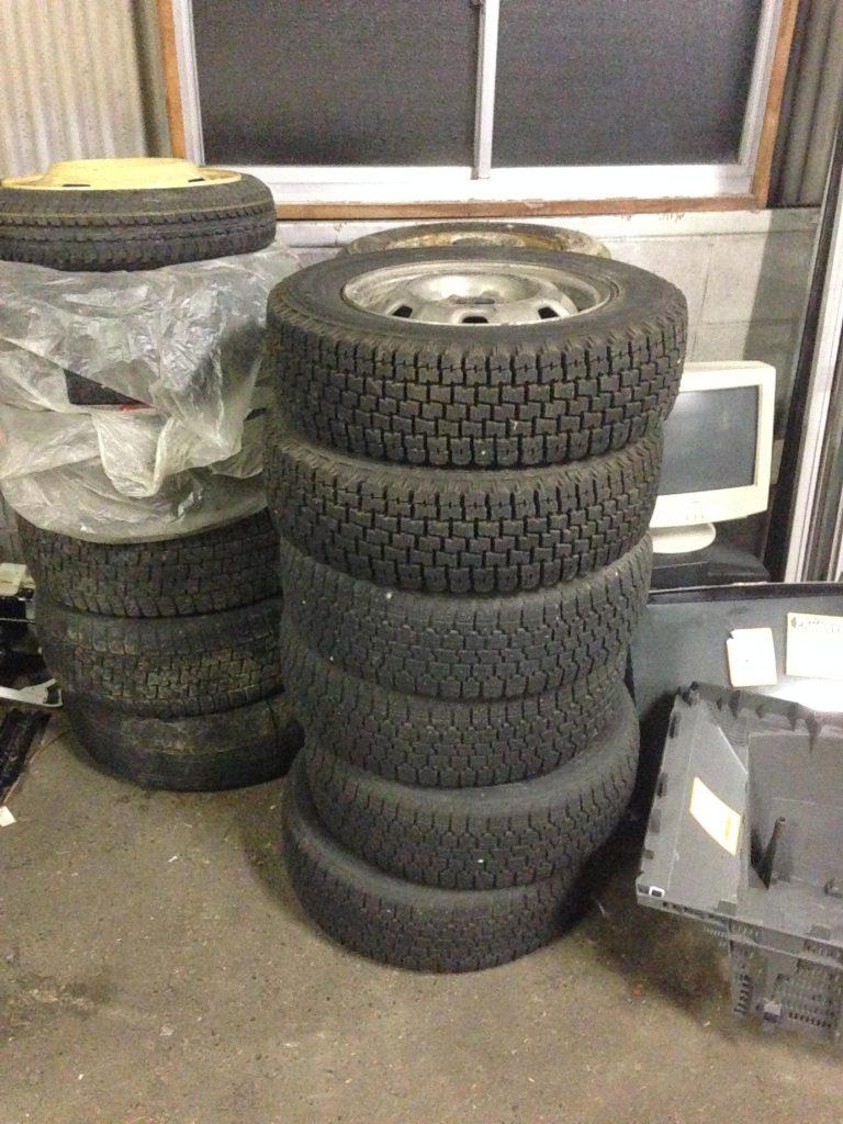 大量回収した廃棄タイヤ