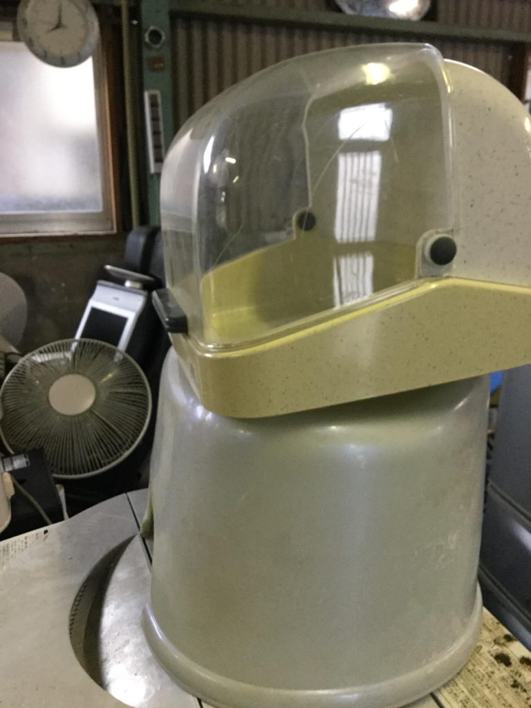 岡山市北区一宮付近で回収した食器ケースです。