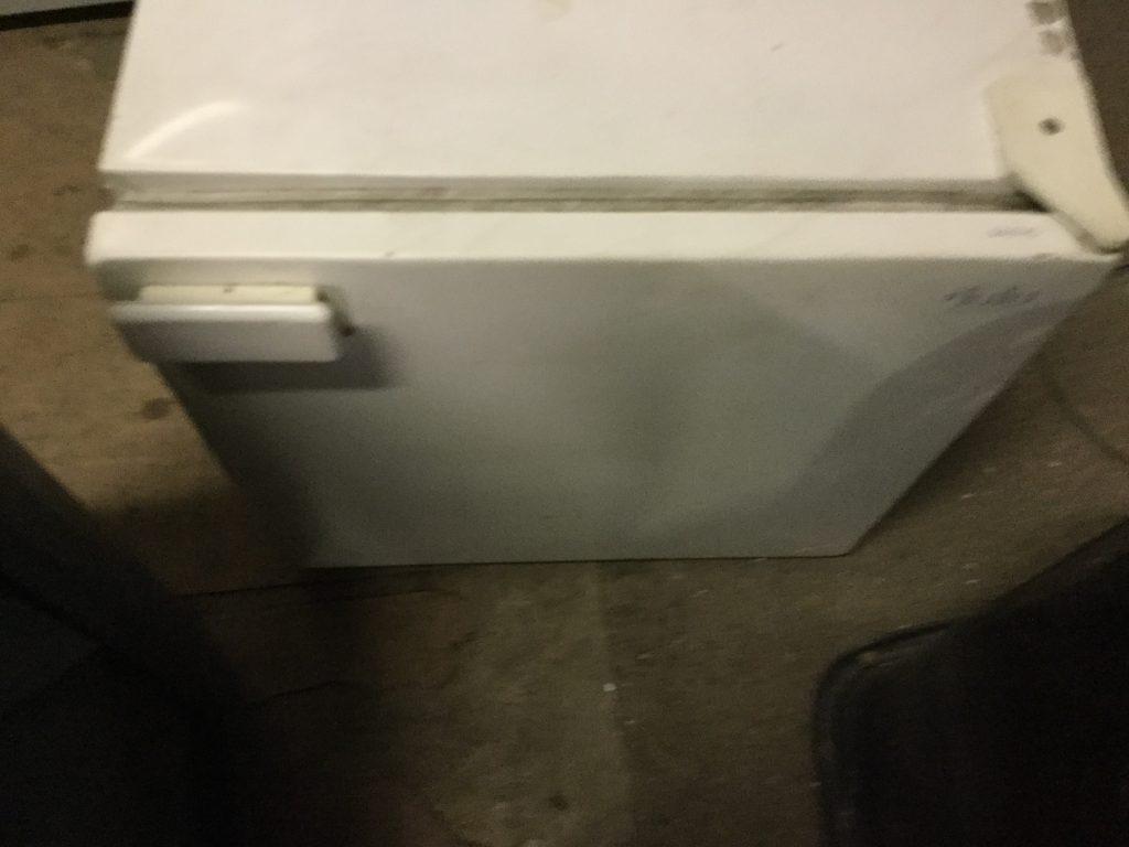 小型冷蔵庫です。