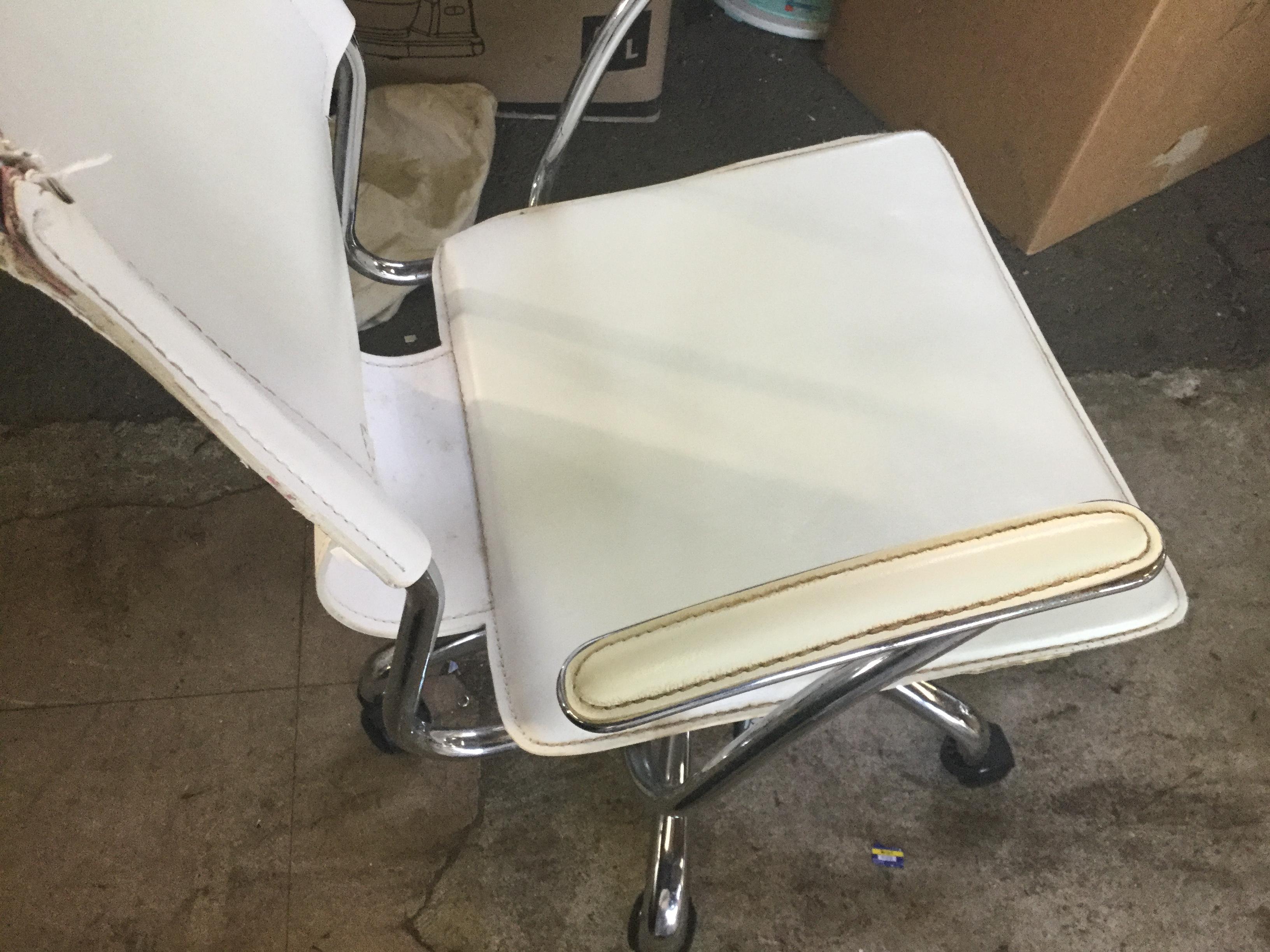 岡山県岡山市南区福島付近で回収した不用品の椅子です。