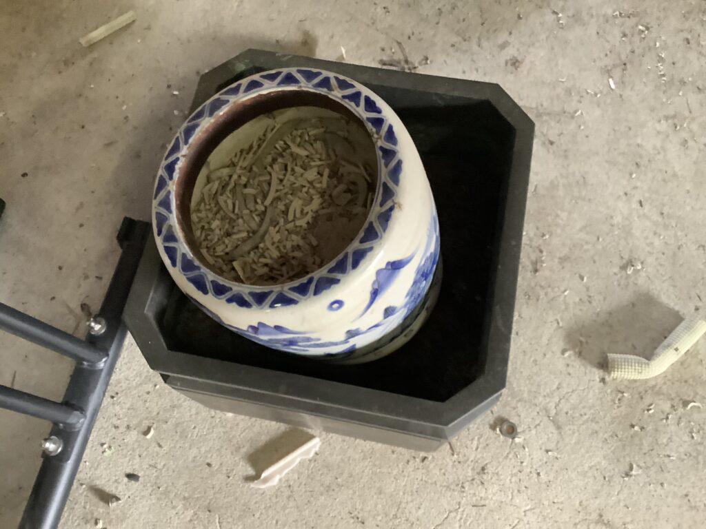 解体した倉庫内にあった火鉢