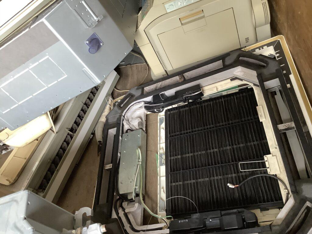 岡山市南区築港新町で回収した業務用エアコン