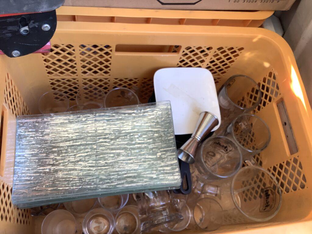 岡山市北区柳町で回収した食器とコップ