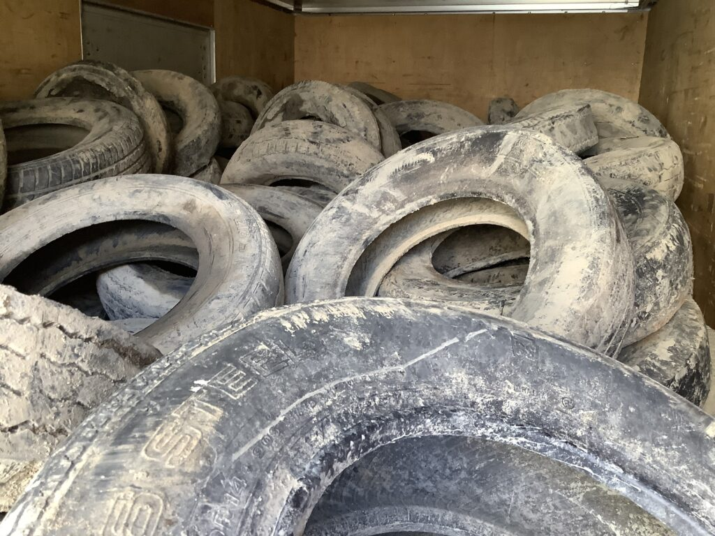 岡山市東区西大寺で回収した泥まみれの大量のタイヤ